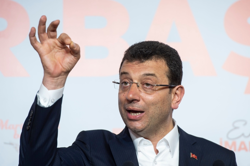 مرشح المعارضة لعمدة إسطنبول ملقيا خطابا أمس (أ ف ب)