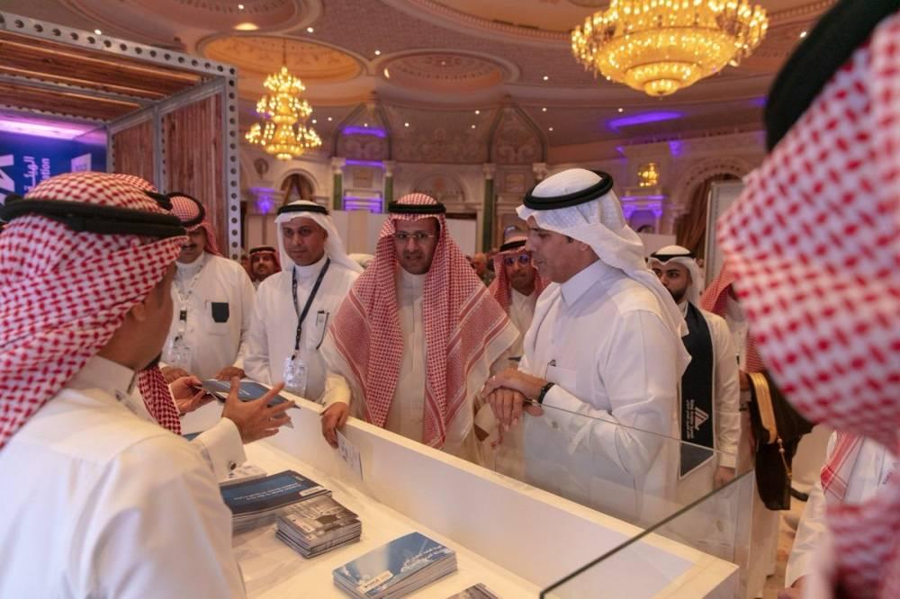 وزير النقل خلال جولته أمس على المعرض المصاحب للمؤتمر (الوطن)