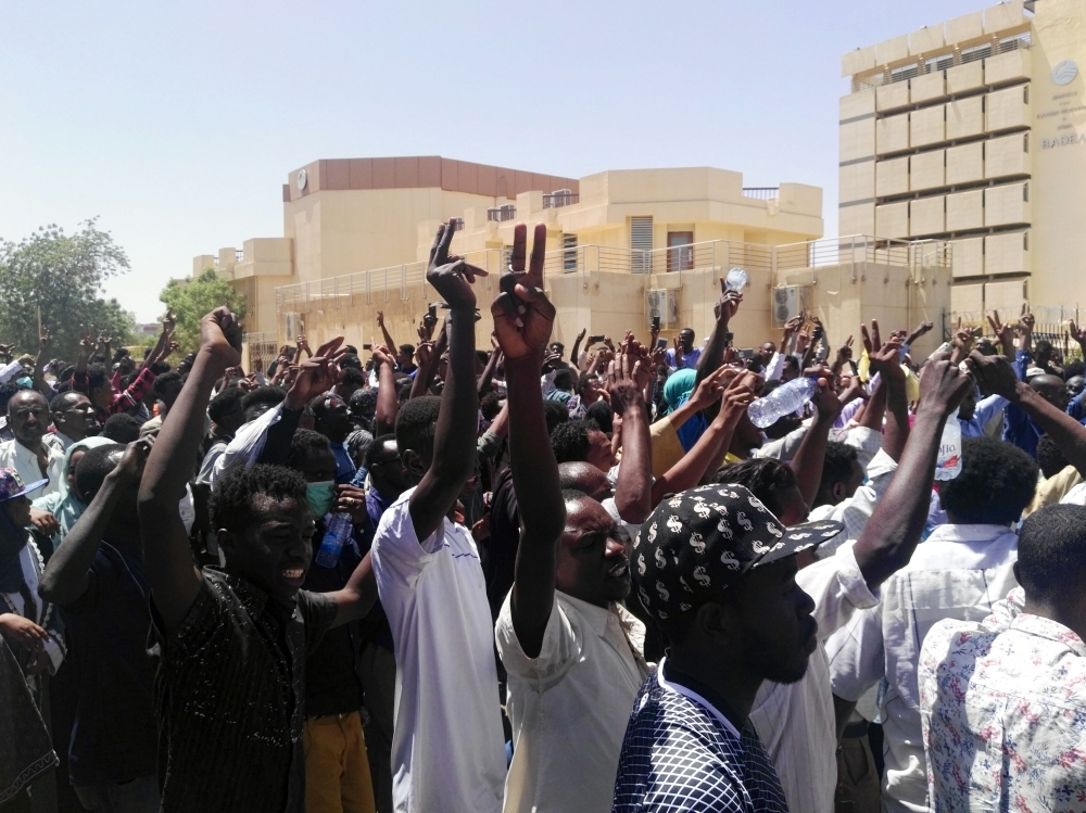 Sudanese protesters gather in protest outside the military headquarters in the capital Khartoum on April 7, 2019. - Thousands of Sudanese held a second day of protests Sunday outside the army's headquarters in Khartoum and in the vicinity chanting slogans against President Omar al-Bashir's government, witnesses said. (Photo by - / AFP)