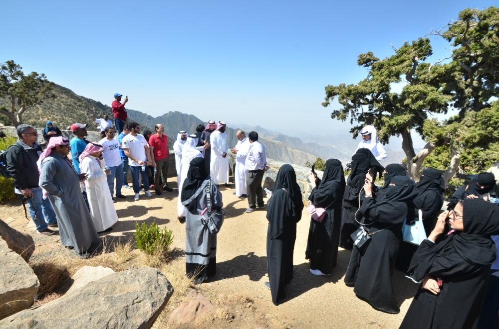 الضيوف أثناء جولة في منطقة السودة (الوطن)