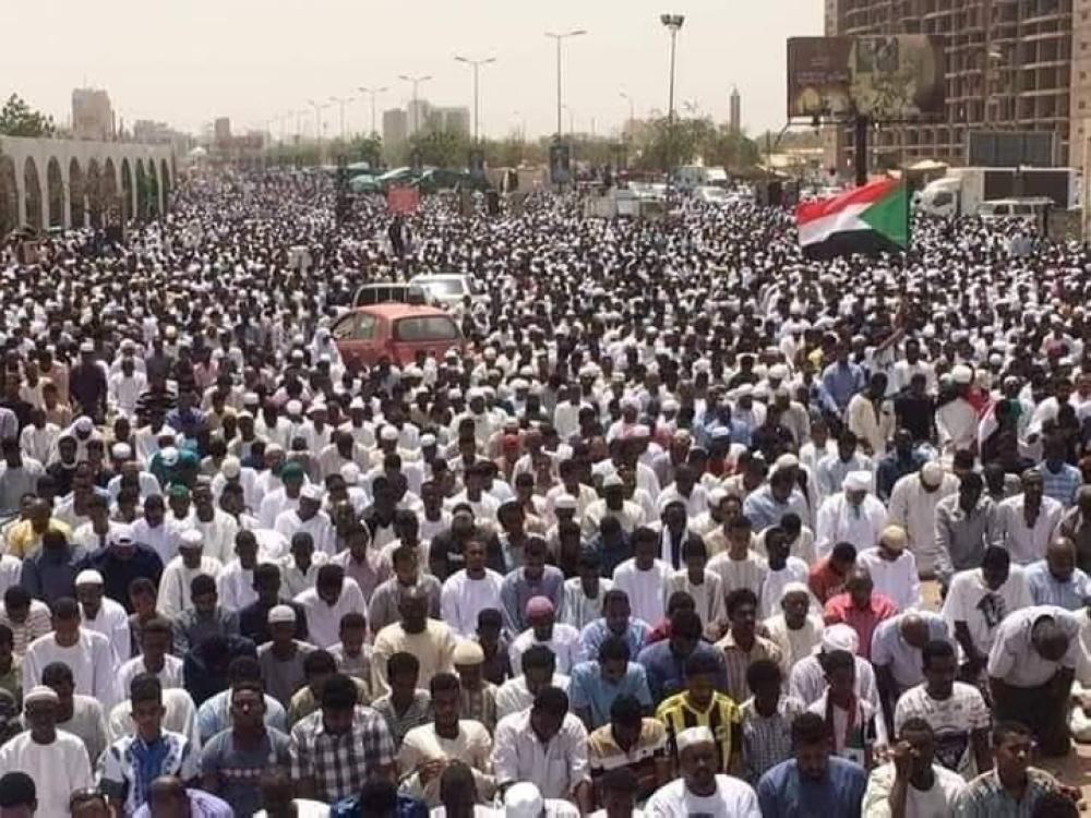 المعتصمون السودانيون يؤدون صلاة الجمعة أمام القيادة العامة (الوطن)