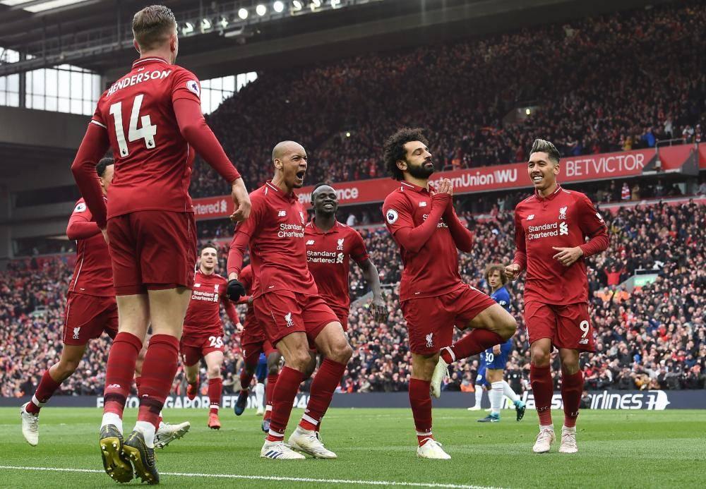 لاعبو ليفربول يحتفلون بهدف صلاح ( أ ف ب)