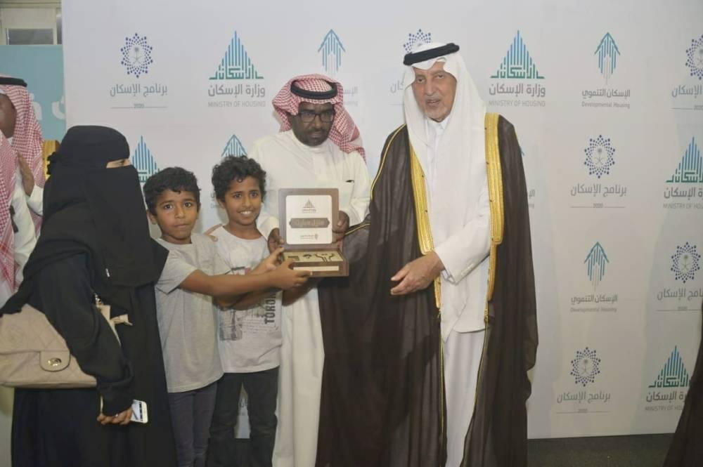 خالد الفيصل يسلم وحدة سكنية لإحدى الأسر