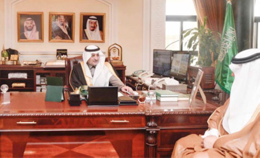 الأمير فهد بن سلطان خلال استقباله عطيه الجهني (الوطن)