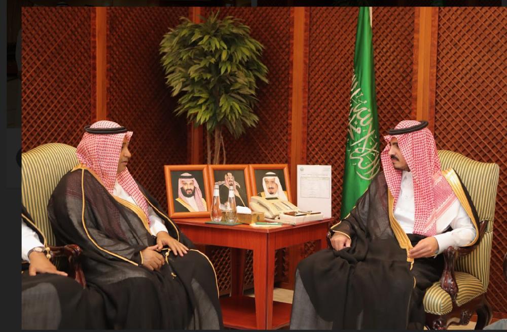 الأمير بدر بن سلطان والزميل فهد الإحيوي خلال اللقاء (الوطن)