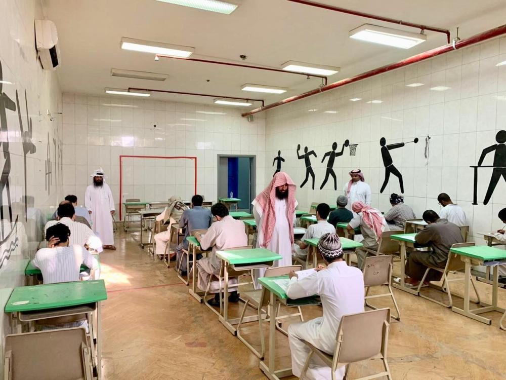 سجناء يؤدون اختباراتهم (الوطن)