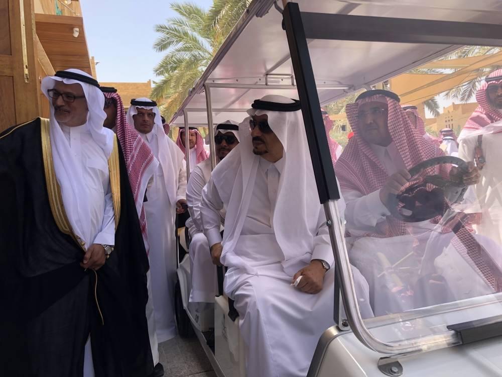 الأمير فيصل بن بندر خلال افتتاح مشروع قيصرية الكتاب (الوطن)