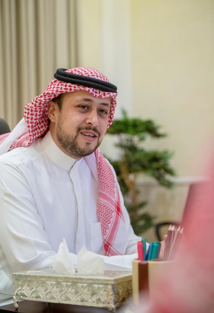 الأمير فهد بن تركي بن فيصل بن تركي بن عبدالعزيز خلال الاجتماع (الوطن)