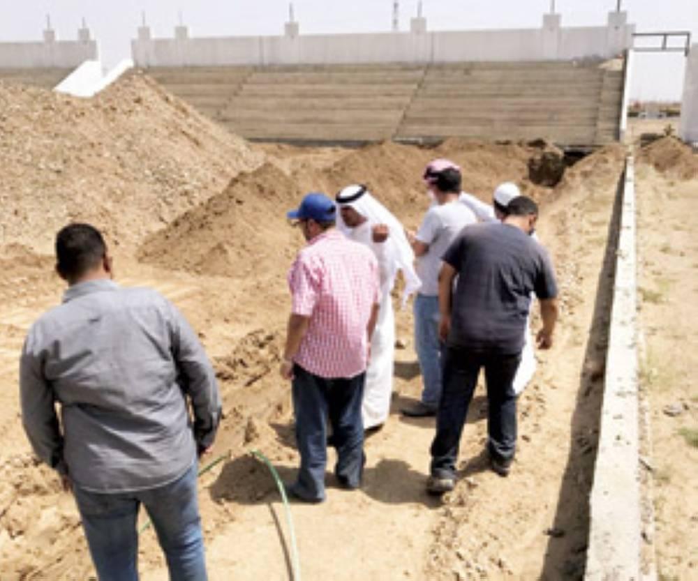 الرياني خلال تفقدة سير الأعمال في أحد المشاريع الرياضية  (تصوير: يحيى مدخلي)