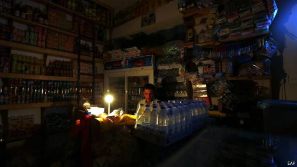 سكان صنعاء لجأوا إلى طرق بدائية للإنارة بسبب ارتفاع اسعار  الكهرباء ( الوطن)