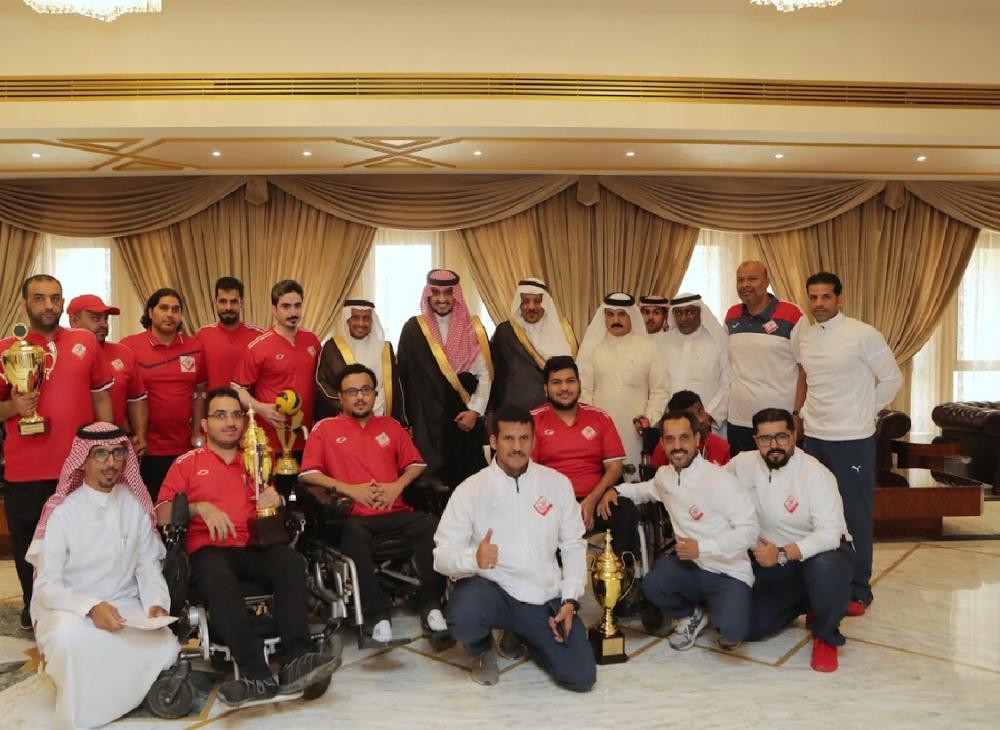 الأمير بدر بن سلطان مع أبطال نادي مكة المكرمة لذوي الاحتياجات (الوطن)