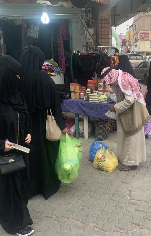الشلاحي يبيع الخواضة لمتسوقين