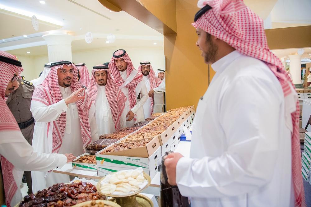 الأمير فيصل بن مشعل خلال زيارته للمهرجان (الوطن)