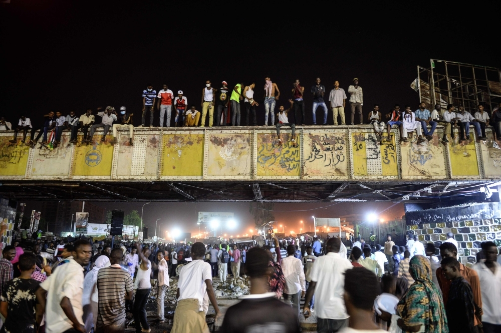 TOPSHOT - Sudanese protesters gather outside the army headquarters in Khartoum on May 9, 2019. (Photo by Mohamed el-Shahed / AFP)