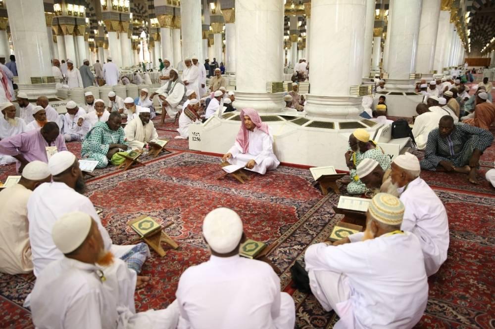 طلاب يتحلقون حول معلم بالمسجد النبوي (الوطن)