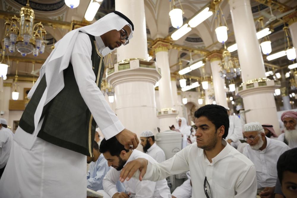 جانب من تعطير وتبخير وتطييب المصلين في المسجد النبوي (تصوير: عادل بن ربيق)