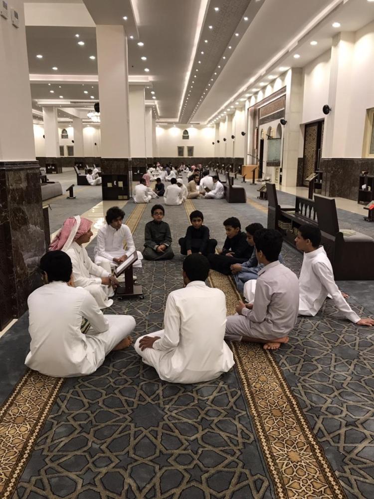 مجموعة من الطلاب يتدارسون القرآن (تصوير: يحيى كميت)