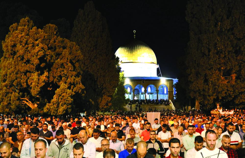 16 May 2019, ---, Jerusalem: Palestinian Muslims attend the night prayer known as 'Taraweeh' outside al-Aqsa mosque, during the Muslims holy month of Ramadan. Photo: Abdalrahman Alami/APA Images via ZUMA Wire/dpa