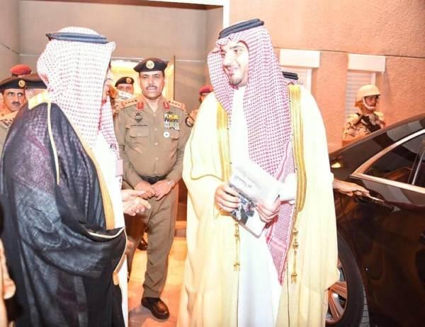 الأمير عبدالعزيز بن سعود بن نايف خلال اطلاعه على إصدارالوطن (تصوير: سلطان النمشان)