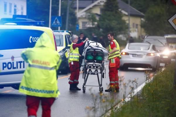 مسعفون ينقلون جثة قتيلة في حادث الهجوم على مسجد (ا ف ب)