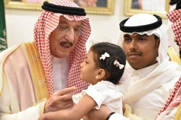 انير جازان يقبل طفلة من ذوي الشهداء (تصوير : يحيى مدخلي)