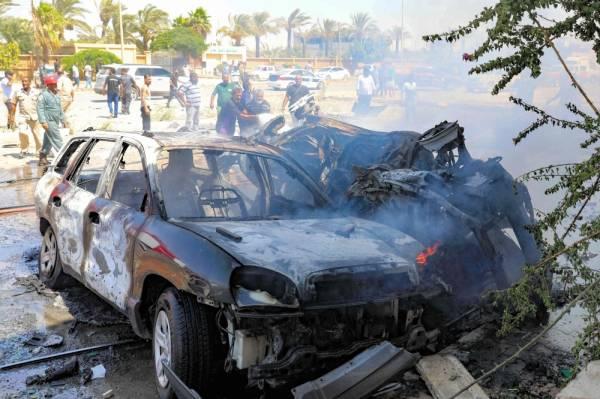 ليبيون يتجمعون أمام موقع التفجير في بنغازي (أ ف ب)