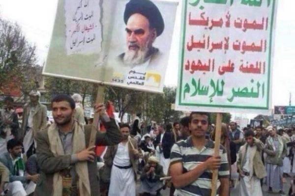 يمنيون يرفعون صور المرشد الأعلى الإيراني (ا ف ب)