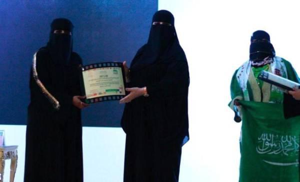 تكريم الشاعرات من قبل مشرفة القسم النسائي باثقافة وفنون عرعر سناء الملحم ( الوطن )
