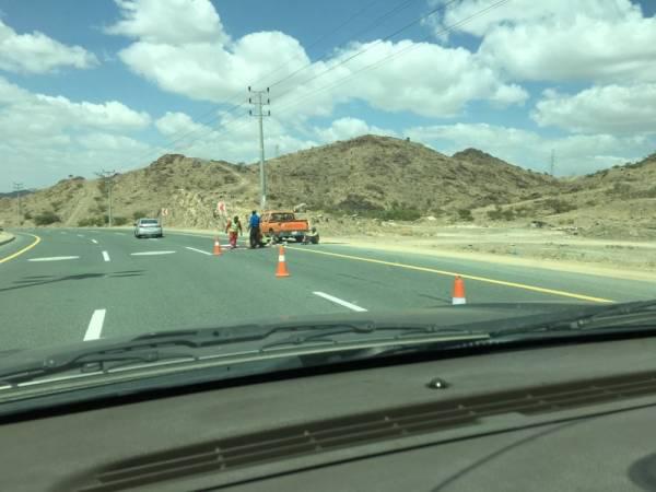 شركات صيانة الطرق تزيل بعض التشوهات البصرية (الوطن)