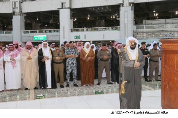 الأمير خالد الفيصل يؤدي صلاة الاستسقاء بالمسجد الحرام