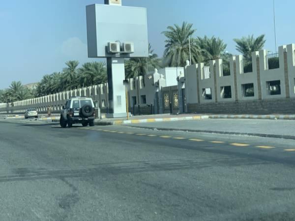 دورية أمنية أمام مدخل المعرض الذي تم إغلاقه (تصوير: بدر العتيبي)