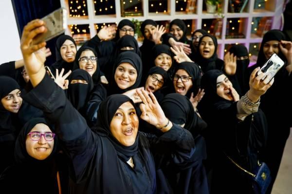 سعوديات يلتقطن صورة سيلفي أثناء احتفالية خاصة (ناشيونال جيوجرافيك)