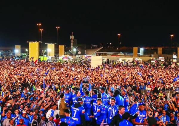 الجماهير الرياضية مستقبلة أبطال آسيا في احتفال تاريخي بموسم الدرعية أمس(الوطن)