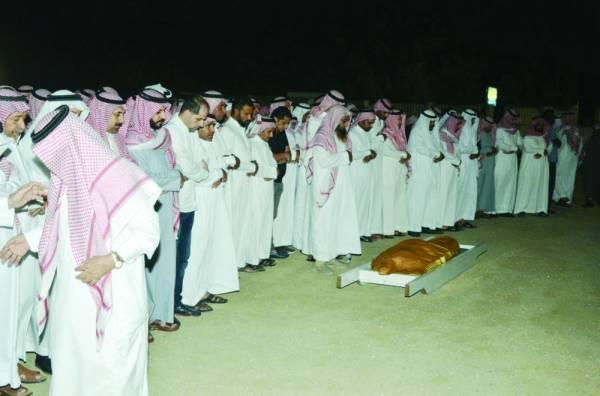 الصلاة على جثمان الفقيد (تصوير : عبدالمحسن دومان)