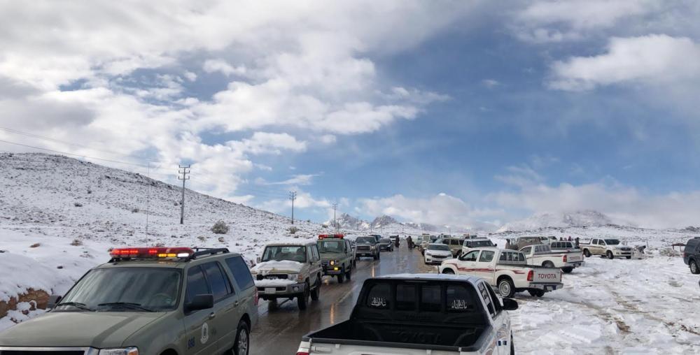 الدفاع المدني خلال تواجدهم في قمم جبل اللوز  (تصوير: عبدالمجيد العجلان)