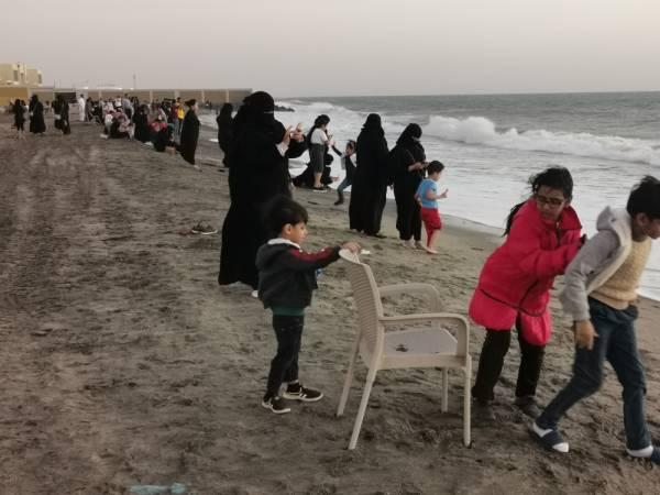 إقبال للمتنزهين على شواطئ الشقيق والحريضة (تصوير: محمد الحسين)