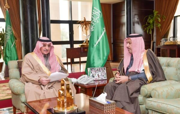 الأمير فهد بن سلطان خلال لقائه الوباري (الوطن)