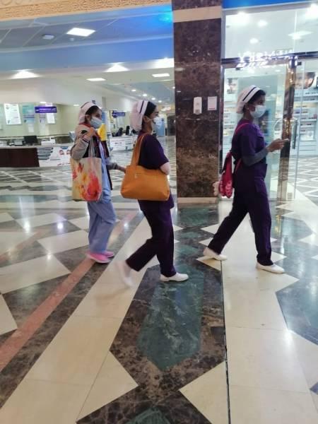 ممرضات يرتدين الكمامات الواقية بالمستشفى حيث اكتشفت الحالات (الوطن)