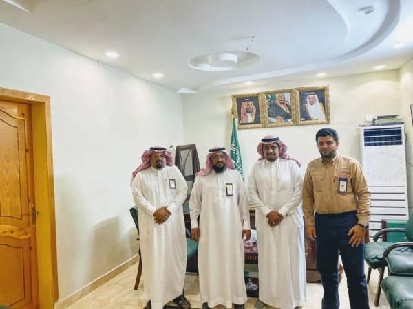 محافظ الحرث يلتقي مدير كهرباء صامطة