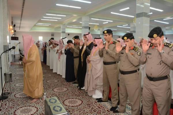 وكيل محافظة محايل المكلف يؤدي الصلاة على رجل الأمن المنجحي ــ الوطن