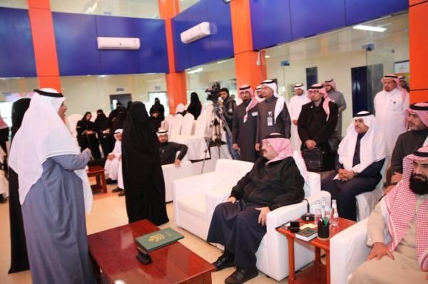 المدير العام لتعليم عسير يشيد بعمل المساعدة للشؤون التعليمية (تصوير: سلطان الفيفي)