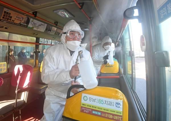 مسؤولو الحجر الصحي يقومون بتطهير الحافلة في محطة للحافلات في شرق سيول بكوريا وسط مخاوف متزايدة من انتشار الفيروس القاتل. ( د ب أ)