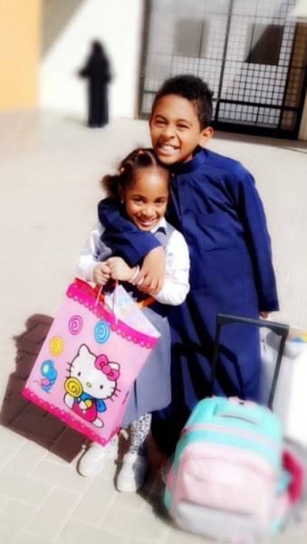 زايد وليان أثناء خروجهما من المدرسة (الوطن)