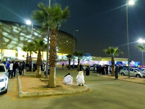 جماهير خارج الملعب يبحثون عن تذاكر للدخول لمباراة الهلال والاتحاد