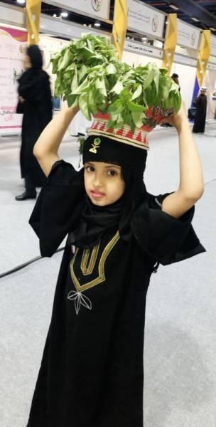 طفلة تتوشح باللباس النجراني لفتت نظر حضور المنتدى