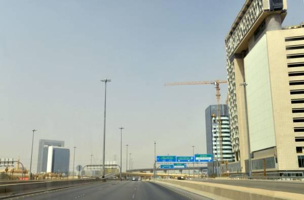 أحد شوارع مدينة الرياض وهو شبه خال من السيارات (أ ف ب)