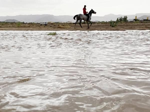 جريان السيل في وادي نجران أمس (تصوير: أحمد بالحارث)