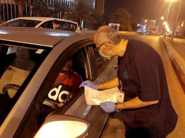 صحي يتأكد من تطبيق سائق توصيل للإجراءات (الوطن)