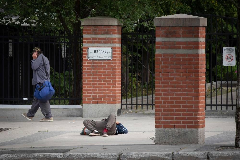 مدمن بعد تعاطيه المخدرات في أحد شوارع أوتاوا (أ ف ب)