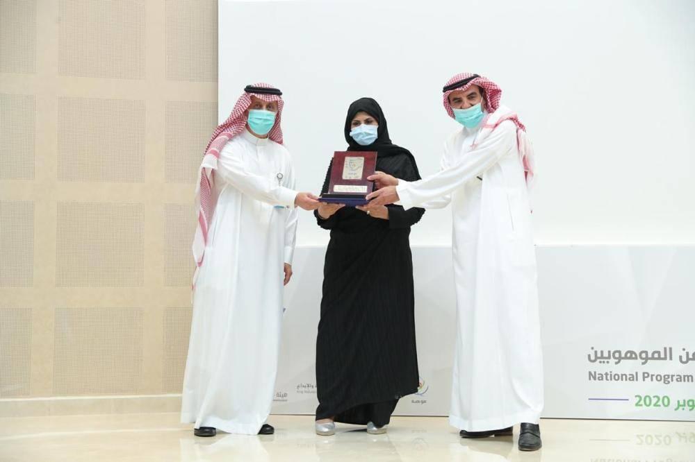 نائب وزير التعليم وأمين عام موهوبة يكرمان مدير إدارة الموهوبات ابتسام المزيني